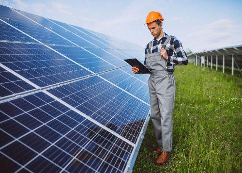 Tecnico che valuta il rendimento di un impianto fotovoltaico